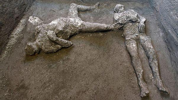 بقایای اجساد دو نفر از قربانیان فوران آتشفشان وزوو در سال ۷۹ پس از میلاد مسیح