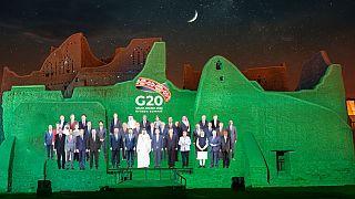 Montaje de foto de familia de la cumbre virtual del G20 en Arabia Saudí