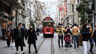 Türkiye'de 1 Mart'tan itibaren koronavirüsle ilgili kısıtlamalar bazı illerde gevşetildi.