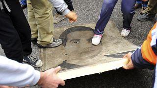 في الذكرى الثالثة لثورة 14 يناير/جانفي محتجون يدوسون على صورة الرئيس الأسبق زين العابدين بن علي. 2014/01/14