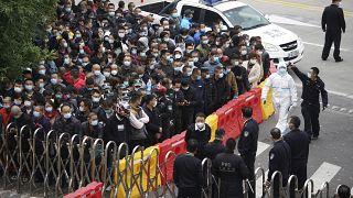 Сотрудники аэропорта Шанхая ожидают тестирования на коронавирус 23 ноября 2020