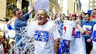 Ice Bucket Challenge kampanyası 1 sene gibi kısa bir sürede tüm dünyaya yayılarak bir sosyal medya fenomeni haline gelmişti.
