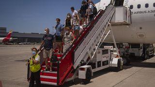 Pasajeros desembarcando en el aeropuerto de Gran Canaria, España, archivo