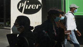 أشخاص بالقرب من المقر الرئيسي لشركة فايزر في نيويورك ، 18 نوفمبر2020