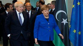 المستشارة الألمانية أنجيلا ميركل تتحدث مع رئيس الوزراء البريطاني بوريس جونسون خلال قمة السلام حول ليبيا في المستشارية في برلين ، 19 يناير 2020