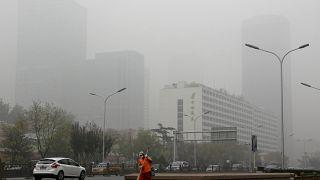 التلوث يكتسح أحد شوارع بكين.