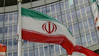 پرچم ایران مقابل آژانس بینالمللی انرزی اتمی