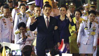 König Maha Vajiralongkorn und Königin Suthida von Thailand bei der Eröffnung einer Nahverkehrsstation in Bangkok am 14. November 2020.