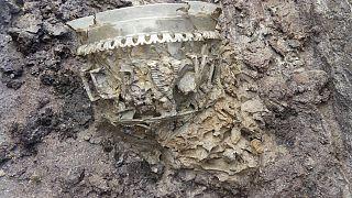 Restos de un jarrón descubierto en un sarcófago