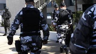 حراس وحدات مغربية خاصة لمكافحة الإرهاب في مقر المكتب المركزي للتحقيقات القضائية في سلا، المغرب