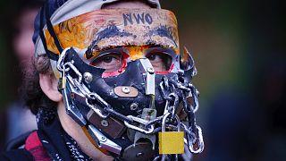 Egy maszk- és oltásellenes tüntető Montréalban