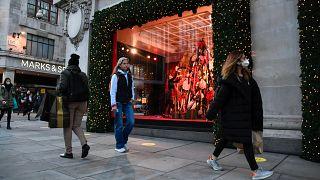 Un escaparate con temática navideña en Selfridges en Oxford Street, Londres, el 4 de noviembre de 2020.