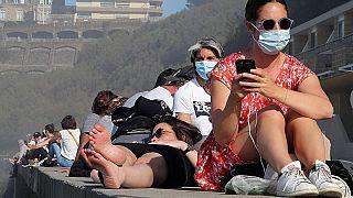 وكالة الصحة الفرنسية تؤكد أن ثلثي المراهقين في البلاد يقضون أكثر من ساعتين يومياً أمام شاشات الأجهزة الذكية