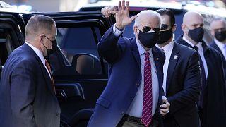 El presidente electo de Estados Unidos, Joe Biden, saluda tras bajarse de su vehículo