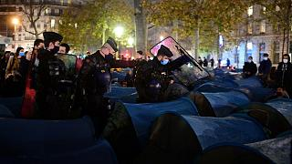 اقدام پلیس فرانسه در برچیدن چادر مهاجران در پاریس