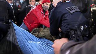 قوات الدرك تعبر ساحة الجمهورية لإجلاء المهاجرين والجمعيات في باريس في 23 نوفمبر 2020