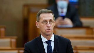 Varga Mihály pénzügyminiszter azonnali kérdésre válaszol az Országgyűlés plenáris ülésén 2020. november 23-án.