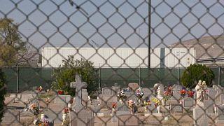 Imagen del cementerio de El Paso con varios camiones frigoríficos al fondo conteniendo cadáveres de víctimas de la COVID-19