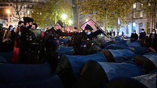 Polis, Paris'teki mülteci kampını dağıtıyor