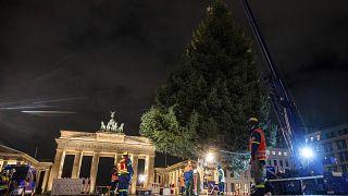 Corona oder nicht: Weihnachten kommt auf jeden Fall. Zu sehen am Baum vor dem Brandenburger Tor in Berlin.
