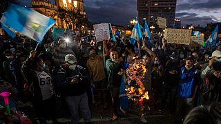 Protestas en Guatemala contra el presidente Alejandro Giammattei un día después de la quema del Parlamento