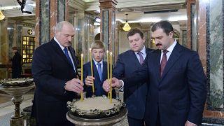 Александр Лукашенко с сыновьями в церкви 2 октября 2015