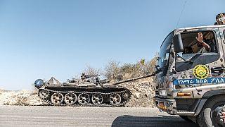 Un carro armato abbandonato su una strada vicino a Humera, in Etiopia