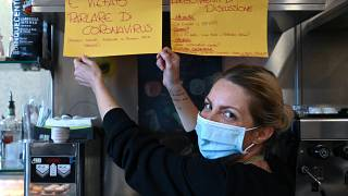 """Feeling Bar"" في ضواحي روما صاحبة الحانة كريستينا ماتيولي وهي تقف بجانب لافتة كتب عليها ""ممنوع الحديث عن فيروس كورونا"""