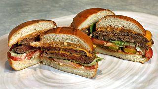 Impossible Foods ve Beyond Meat'in ürettiği 100'de yüz vegan burgerler.