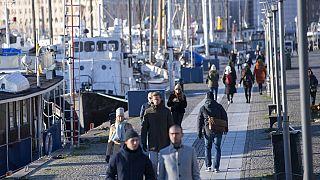 El puerto de Standvagen en Estocolmo el pasado viernes. Esta escena, sin mascarillas, se ha convertido en una excepción en Europa.