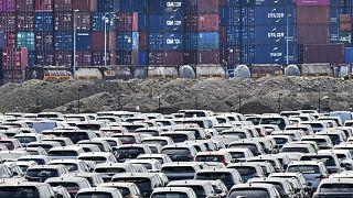 سيارات جديدة موقوفة أمام حاويات في ميناء ديسبورغ. 2020/06/03