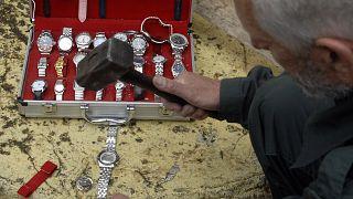مسؤول جمركي يتلف ساعات مقلدة في كريفيلد غربي ألمانيا. 2007/05/10