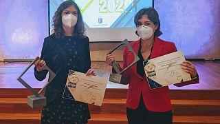 Marian Rosado (izquierda) y Marta Rodríguez (derecha) tras recibir su premio