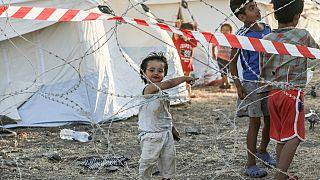 عائلات مهاجرة خلف أسلاك شائكة في منطقة الحجر الصحي في المخيم المؤقت الجديد بالقرب من ميتيليني في جزيرة ليسبوس اليونانية