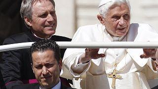 Paolo Gabriele (a kép legalján) XVI. Benedek pápával