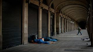 مشردون نائمون قرب محل تجاري برشلونة ، إسبانيا ، 19 أكتوبر2020.
