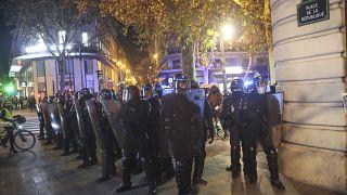 Policiers en place contre une manifestation dénonçant la loi de sécurité globale et l'évacuation violente de la place de la république la nuit précédente, 24/11/2020
