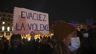 «Εκκενώστε τη βία» γράφει πλακάτ διαδηλώτριας στο Παρίσι