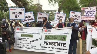 Un grupo de médicos protesta delante del Ministerio de Salud en Lima