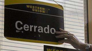 El cartel de cerrado cuelga sobre la puerta de una oficina de la Western Union