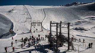 Archives : skieurs sur le glacier de la station française des 2 Alpes, le 17 octobre 2020