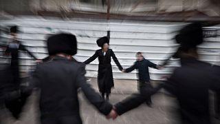 يهود متشددون يرقصون خلال حفل زفاف يهودي تقليدي في طائفة غور الحسيدية