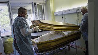 Archives : des employés d'une société de pompes funèbres prenant en charge la dépouille d'un victime du Covid-19 à l'hôpital de Mulhouse, dans l'est de la France, le 5/4/2020