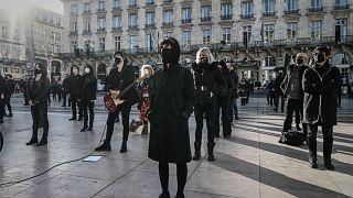 محتجون في مدينة بوردو الفرنسية ضد قيود فرضتها الحكومة كدزء من إجراءات الإغلاق. 2020/11/23