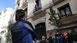Policía frente a los vecinos y simpatizantes que pararon el deshaucio de la calle Luna de Madrid