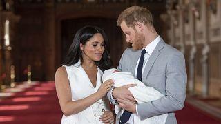 الأمير هاري وزوجته ميغان مع ابنهما أرشي