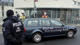 Carro vai contra portão de Angela Merkel
