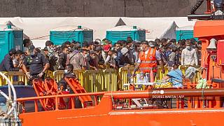 وصول مجموعة من المهاجرين إلى ميناء أرغوينيجين بعد أن أنقذهم خفر السواحل الإسباني في جزر الكناري- نوفمبر 2020
