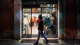 عبور مرد ایتالیایی از کنار مغازه بدون مشتری
