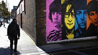 """لوحة جدارية تصور أعضاء فرقة الروك البريطانية """" البيتلز""""، ليفربول، شمال غرب إنجلترا، 13 أكتوبر 2020"""
